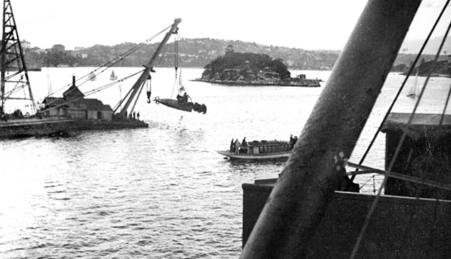 Commit midget submarine raid on sydney