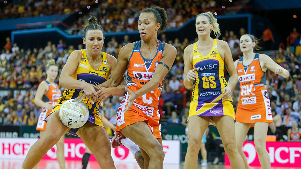 Kelsey Browne and Serena Guthrie compete for the ball. (AAP)