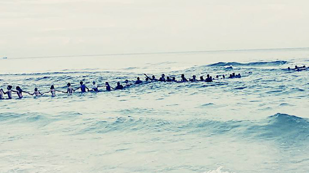 An estimated 70 people came together to help rescue a Florida family caught in a riptide. (Facebook/An estimated 70 people came together to help rescue a Florida family caught in a riptide. (Facebook/Rosalind Beckton)