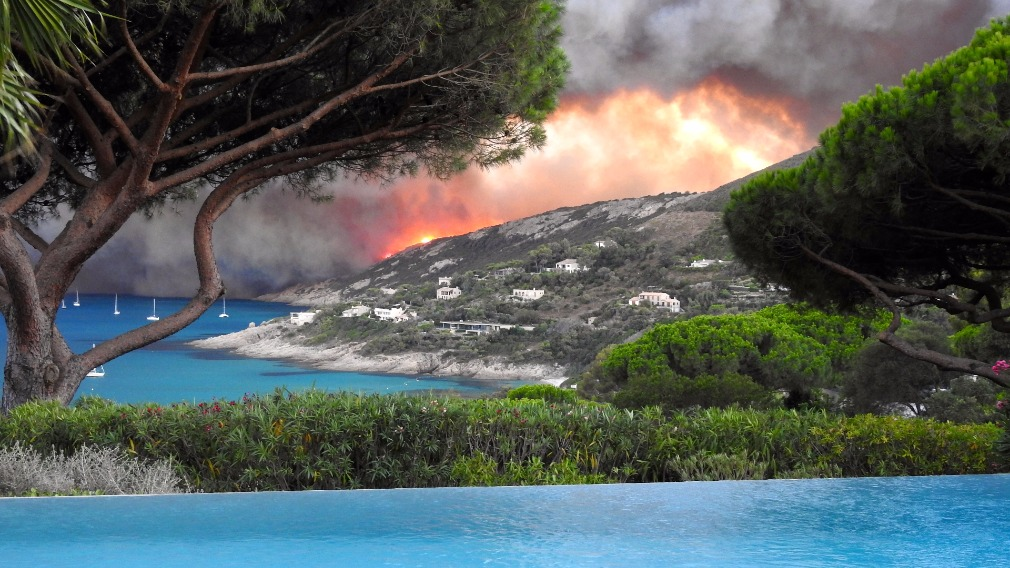 Wild fire threatens homes on France's Corsica