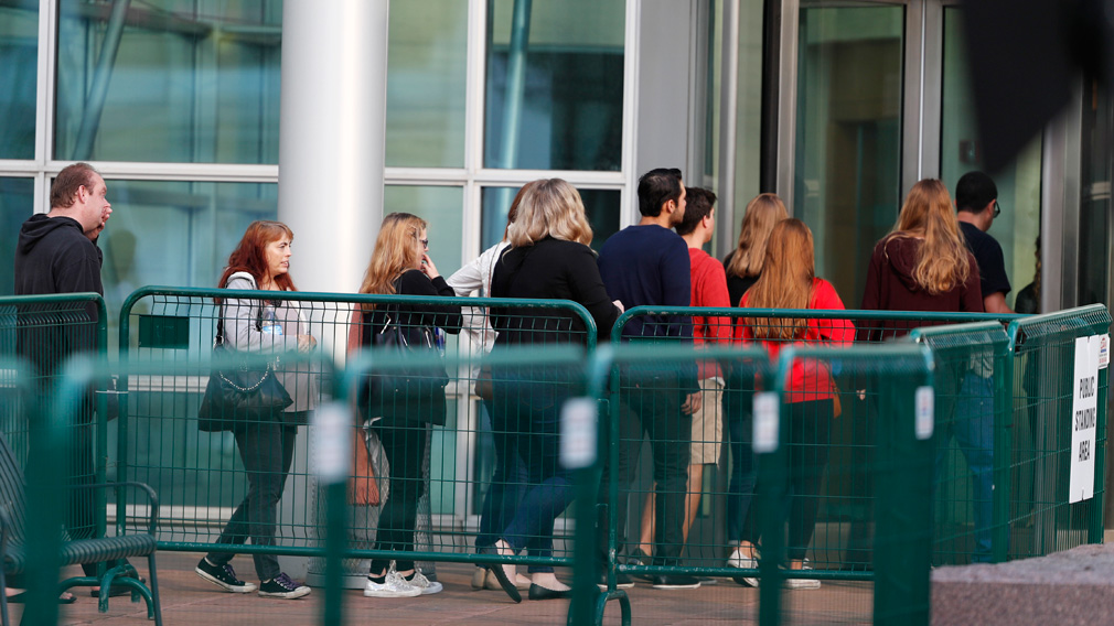 Taylor Swift supporters line up outside court. (AAP)