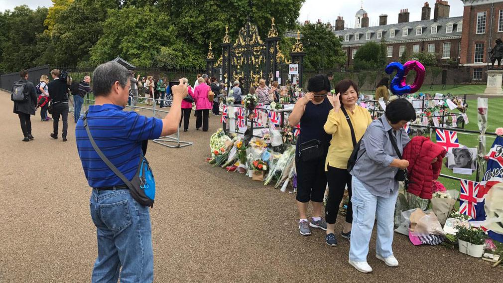 Tourists gather outside Kensington Palace (Michael Best/Twitter)