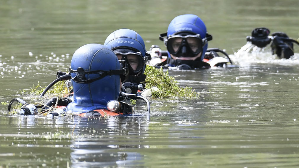 Divers of the French gendarmerie search for evidence in a pond near Pont-de-Beauvoisin, eastern france, on August 30, 2017 after the disappearance of a 9-year-old girl. (AP)