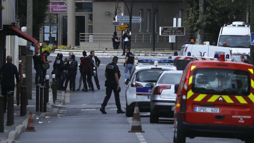 olice secure the perimeter during an counter-terrorism operation the suburb of Villejuif. (AAP)