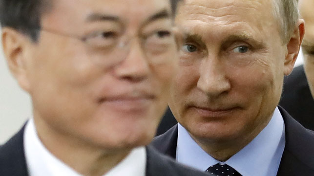 Vladimir Putin, right, and his South Korean counterpart Moon Jae-in. (AAP)