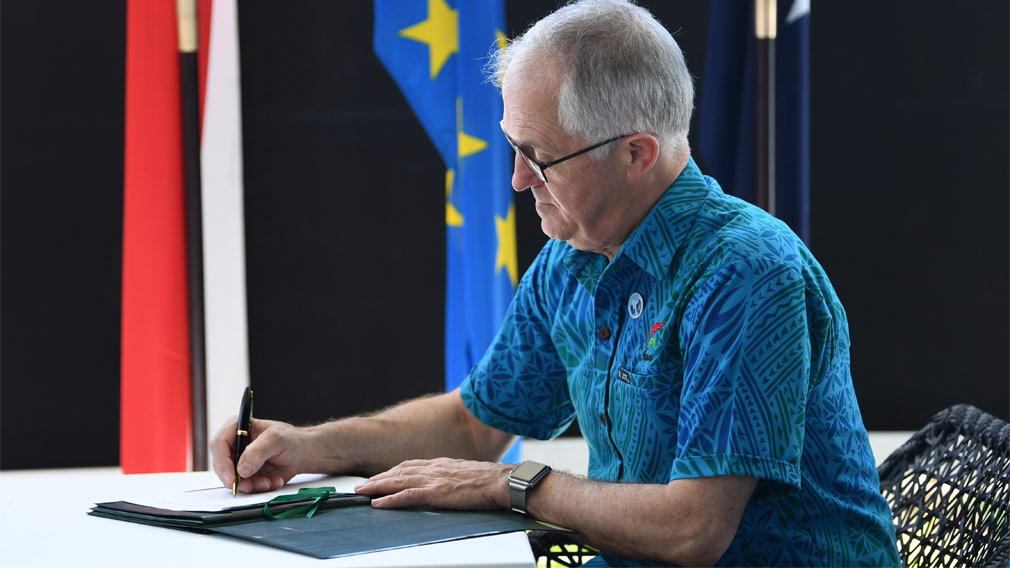 Malcolm Turnbull igns a Memorandum of Understanding during the 48th Pacific Islands Forum at the Taumeasina Resort in Apia. (Image: AAP)