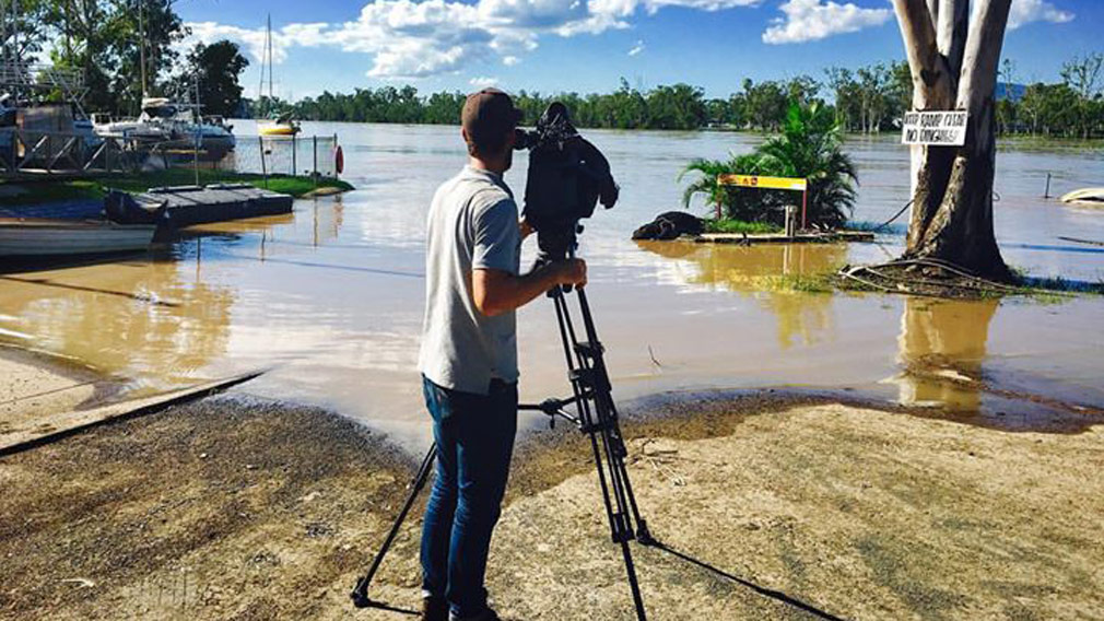 Tom Pawson films the Fitzroy River rise. (Image: 9NEWS)