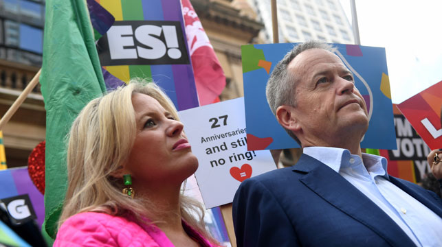 Bill Shorten and his wife, Chloe, at the Sydney rally. (AAP)