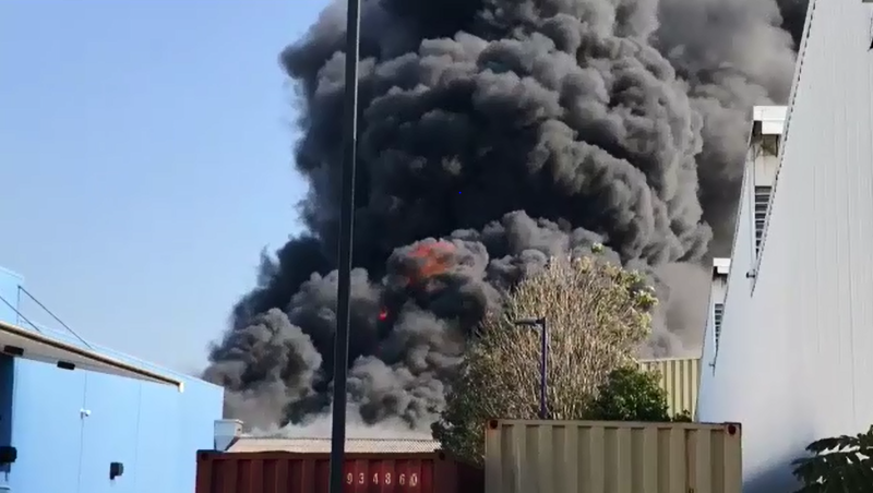 Brisbane factory fire spews toxic smoke