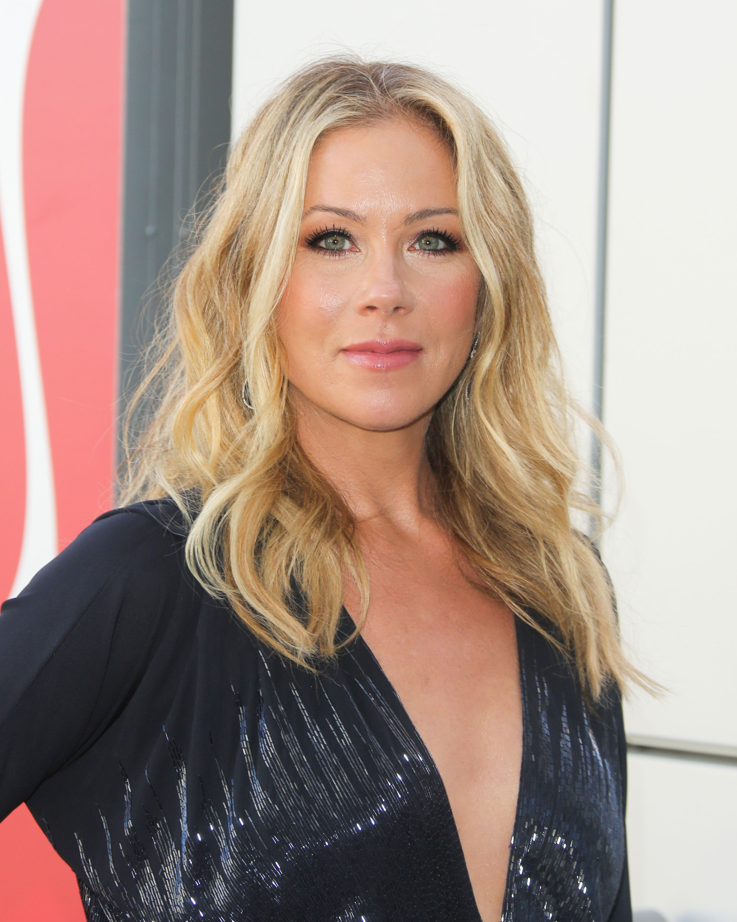 Breast cancer survivor Christina Applegate has ovaries, Fallopian tubes removed