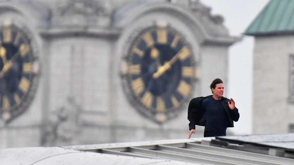Tom Cruise stunt halts London traffic