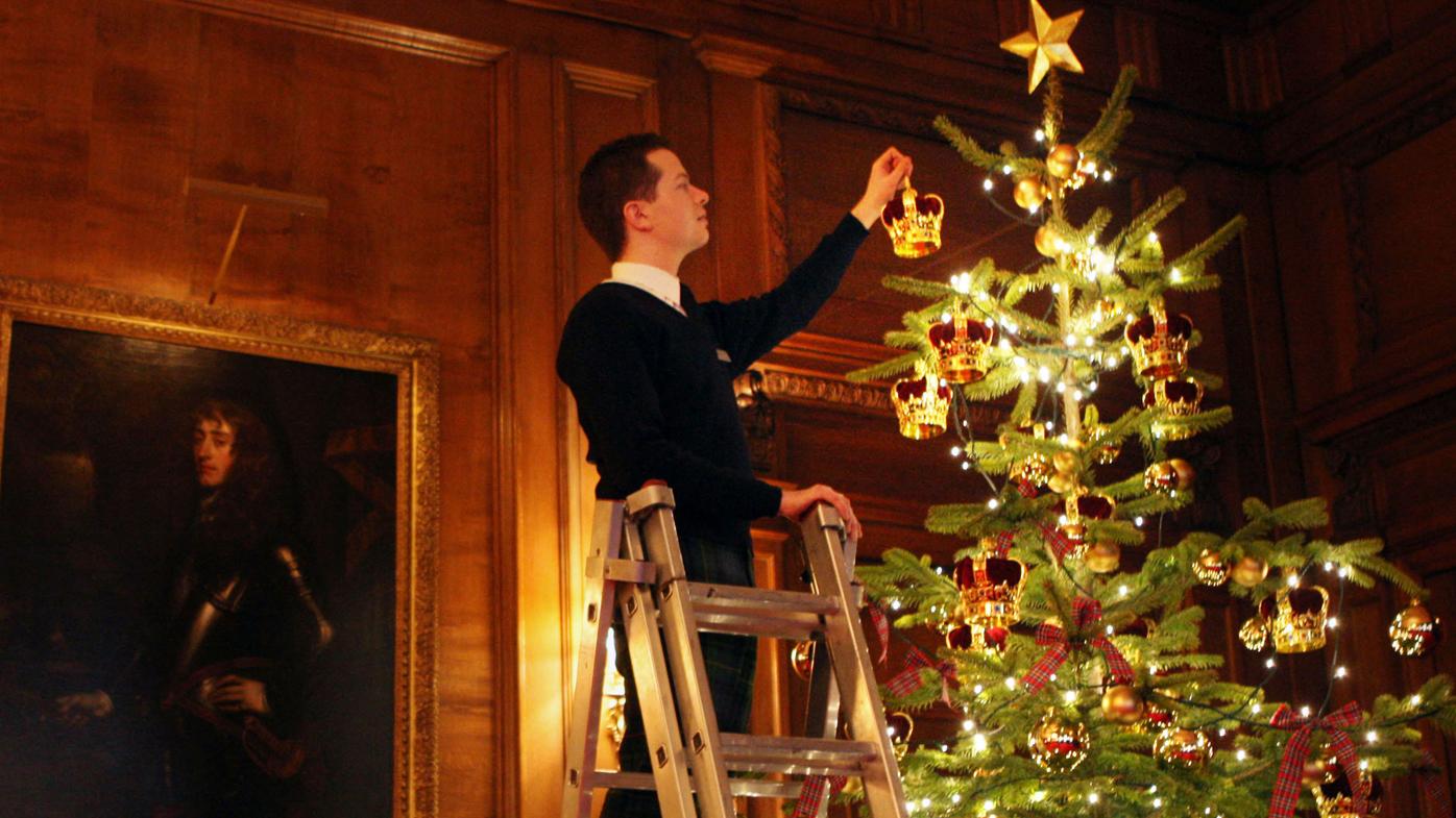 photo Heres How Buckingham Palace Does Christmas Decorations