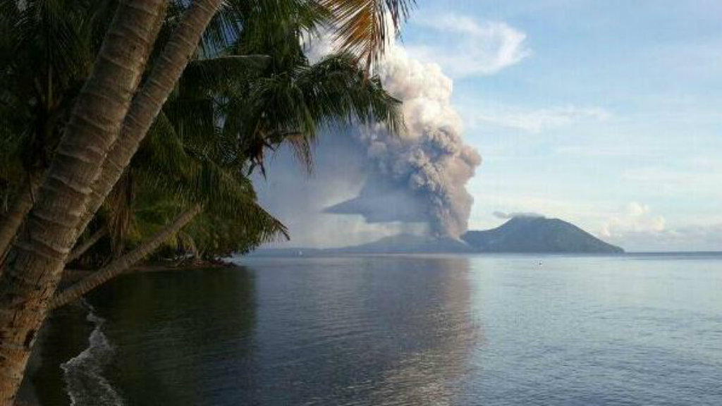 The smoke and ash from Mt Tavurvur casts a dark cloud over an otherwise tranquil island paradise. (Twitter/@hhnamani)