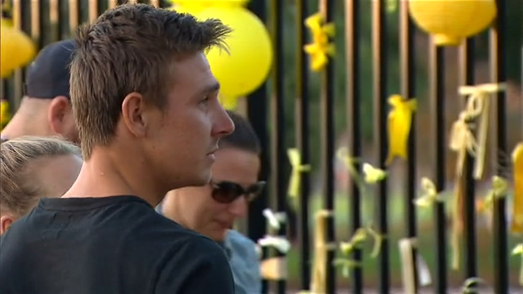 They stopped to read messages left by members of the community. (9NEWS)