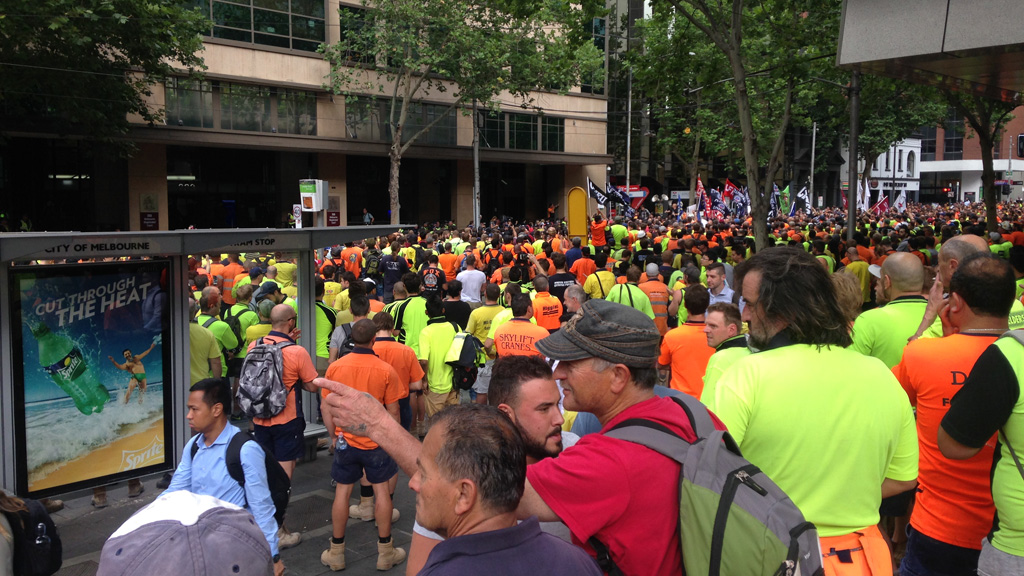 Streets closed in Melbourne CBD as hundreds of CFMEU protesters gather outside Magistrates' Court