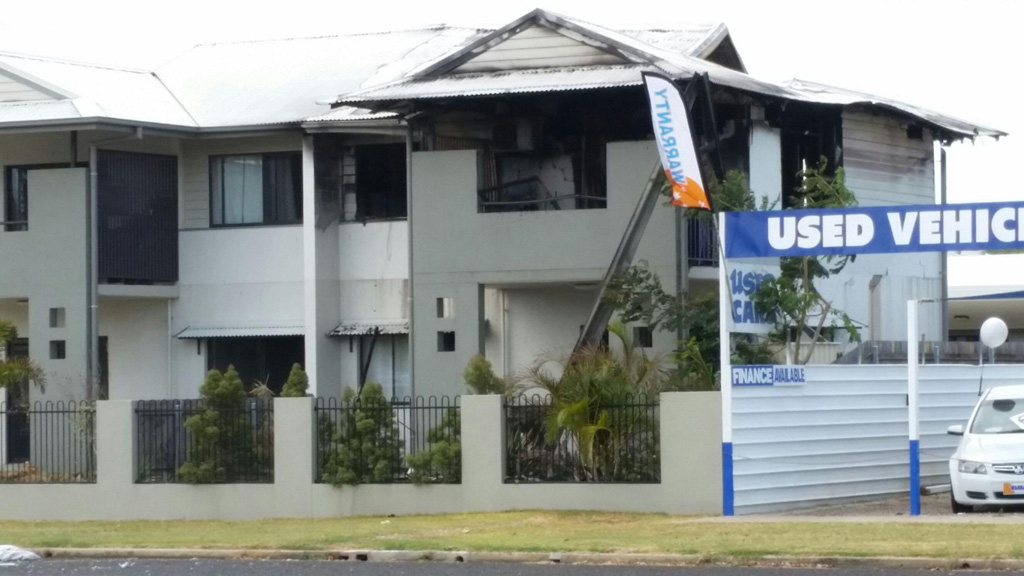 Man dies and two police officers injured after explosion inside unit in Bowen, Queensland