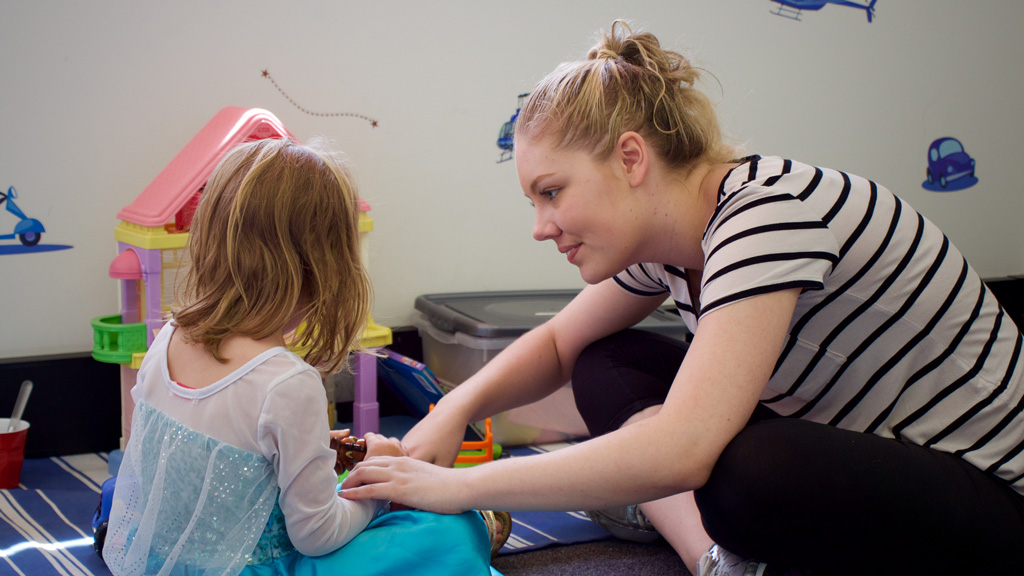 A therapist works with Marissa. (Ehsan Knopf/9NEWS)
