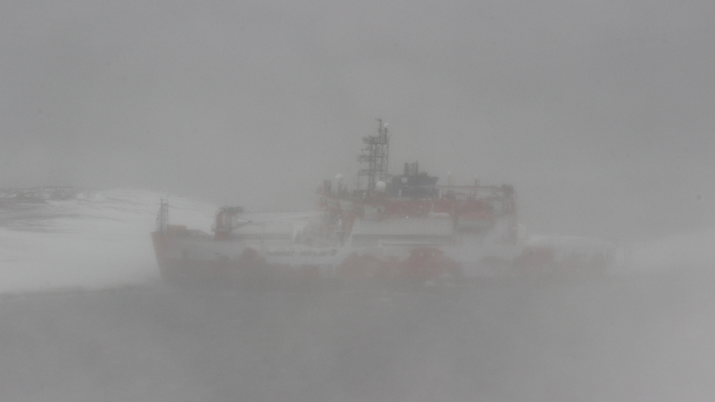 A blizzard is hampering efforts to get explorers off the Aurora Australis. (AAP)