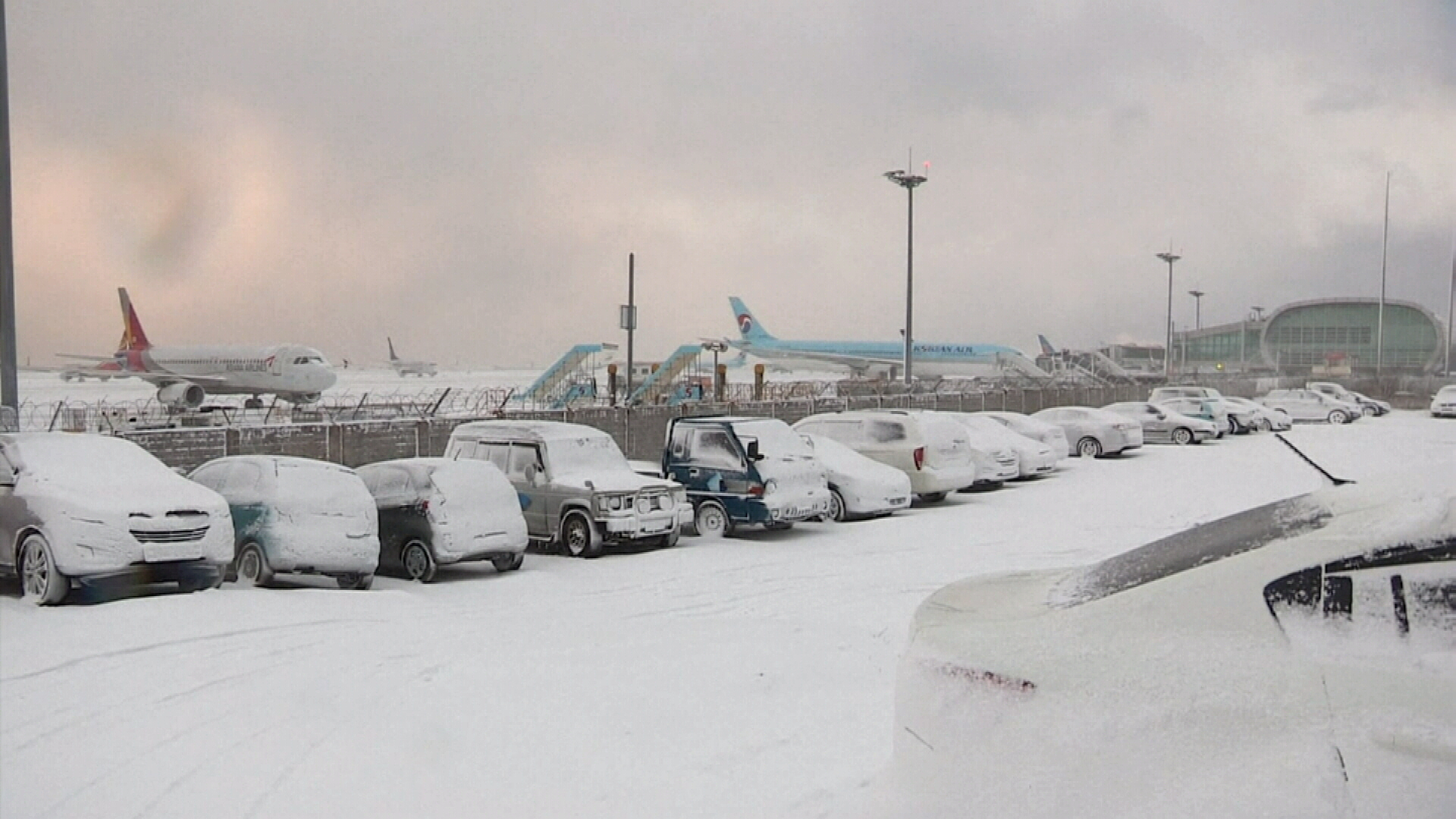 Heavy snow and cold temperatures closed the airport on the Korean island of Jeju