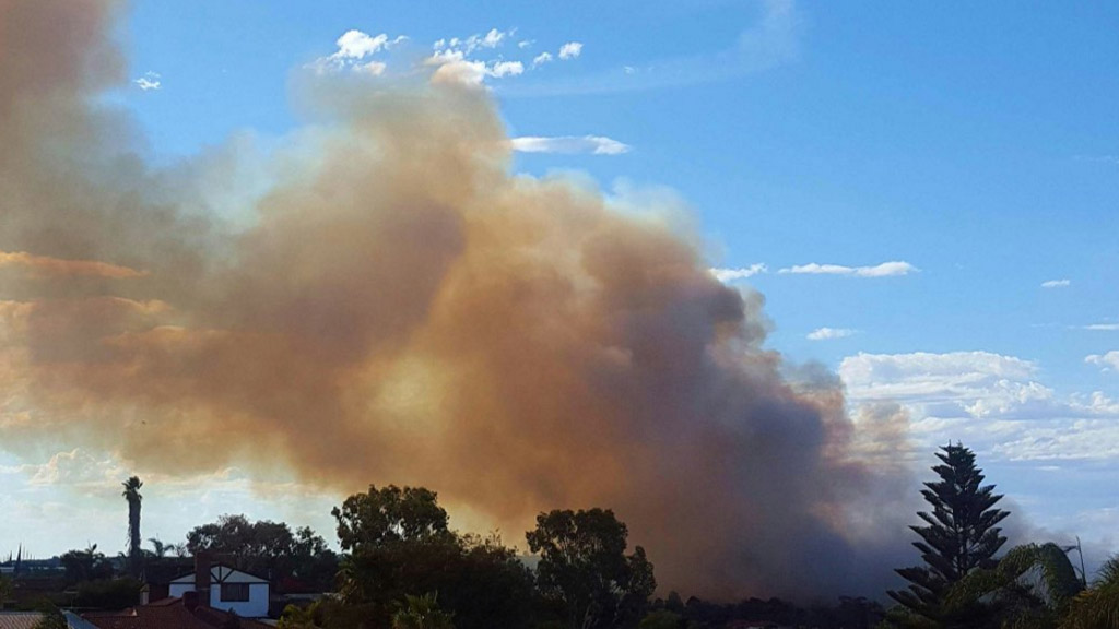 An out-of-control bushfire is threatening Edith Cowan University in Joondalup. (Twitter/@TanyiaMaxted)