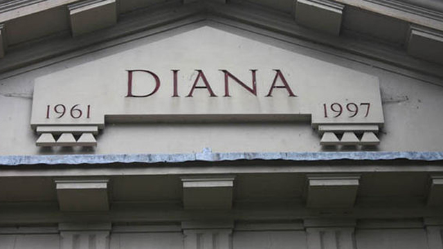 Chef  Darren McGrady pointed out the bubbling and damaged exterior on Diana's memorial.