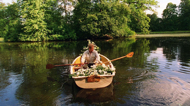 Flowers left by mourners at the gates to the Althorp Estate are rowed across to the island in 1997.