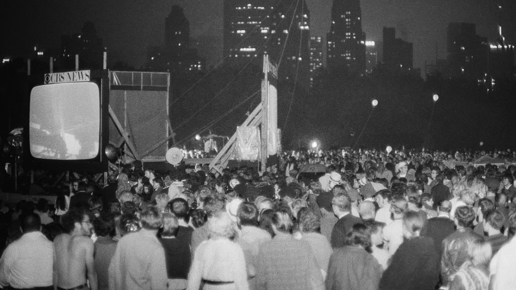 New Yorkers watch the moon landing in Central Park. (AAP)
