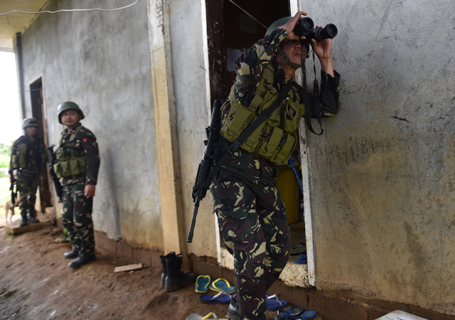 A Philippine army trooper scans the horizon for sniper fire from Islamist militants near the frontline in Marawi on the southern island of Mindanao on June 19, 2017. (AFP)