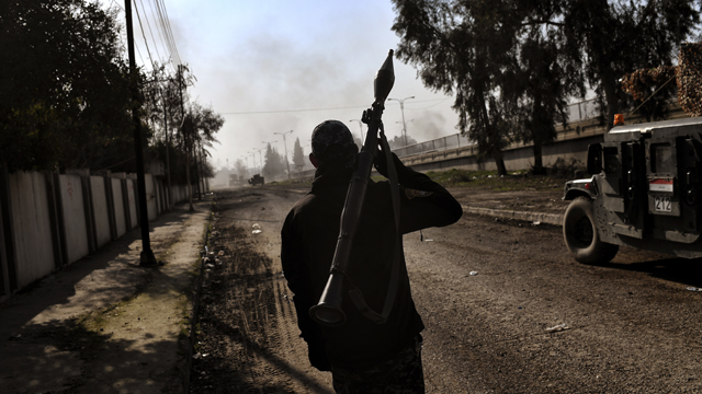 Iraqi forces clash with Islamic State (IS) group fighters in Mosul on March 5, 2017, during an offensive to retake the western parts of the city from the jihadists. Iraqi forces attacked four jihadist-held areas in Mosul, the latest push in a battle for the city's west that has displaced more than 45,000 people since it began.