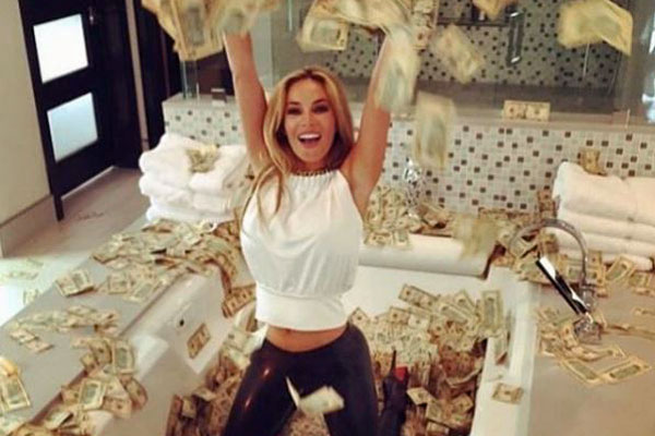 Maria Yotta flaunting her extra cash (Instagram)