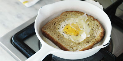 Eggs fried in toast