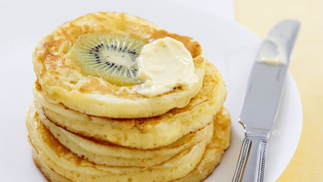 Kiwi pikelets with maple butter