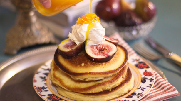 Buttermilk pancakes with figs, orange sauce and vanilla mascarpone