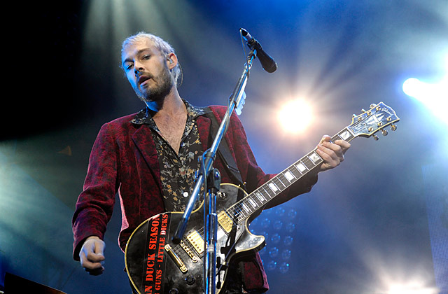 Daniel Johns spotted pashing a guy?
