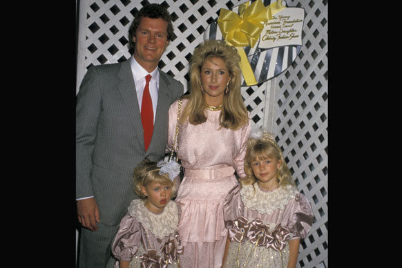 As the great-granddaughter of Conrad Hilton, the founder of the Hilton Hotel chain, Paris was surrounded by great wealth from an early age. She grew up in privileged Beverly Hills amongst other famous families like the Kardashians, the Stewarts and the Richies.