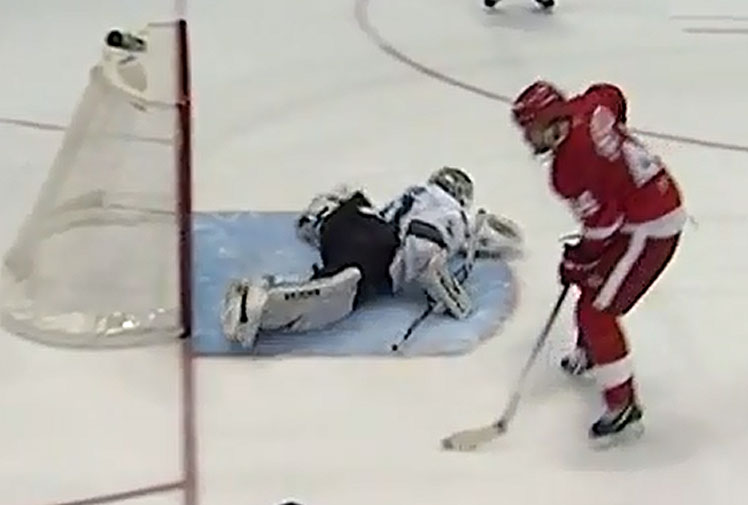 <b> San Jose Sharks goalie Antti Niemi has pulled off a remarkable reflex save, throwing a leg up to stop a shot by Detroit's Todd Bertuzzi. </b><br/><br/>The patch of ice in front of goal can be a lonely place during a shootout to decide the winner of a locked up game. Niemi was seemingly beaten by a slick Bertuzzi move, but despite being flat on his stomach he was still able to get his leg to the flying puck. <br/><br/>Goalkeepers in all sports need lightning reflexes as these videos prove.<br/><br/>