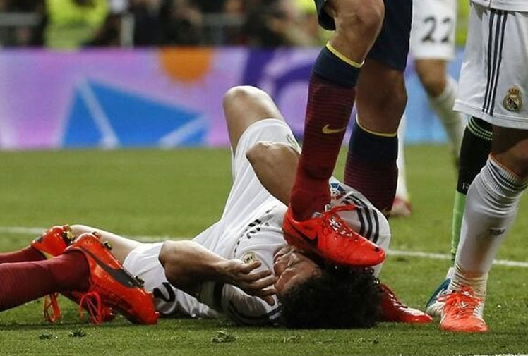 <b>Barcelona's Sergio Basquets can count himself lucky for escaping punishment for an apparent studs rake on the face of a Real Madrid opponent.</b><br/><br/>Pepe had fallen to the ground after headbutting Cesc Fabregas when Basquets stood on the side of the Real Madrid defender's face, and whether intentional or not, raked his studs. <br/><br/>Basquet escaped being booked by the referee while Pepe received a yellow card for the incident with Fabregas. <br/><br/>Click through to decide for yourself whether Basquets' stomp was deliberate and watch other similar incidents that officials managed to spot.<br/><br/><br/>