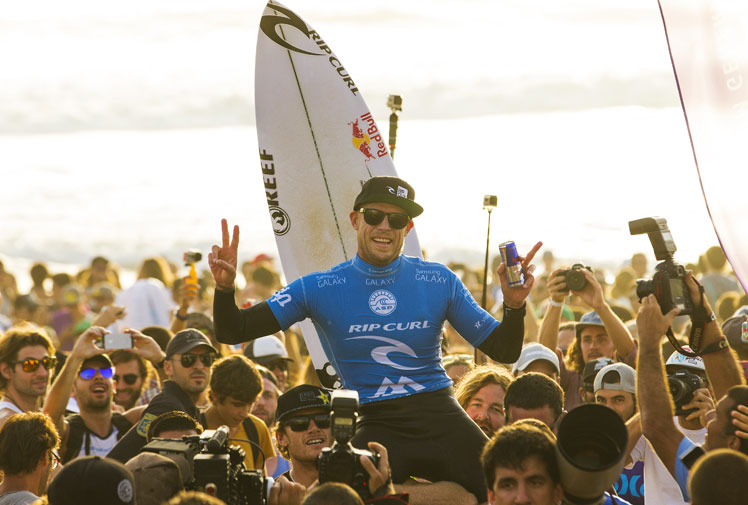 <b>Mick fanning wrapped up his third world championship in dramatic circumstances in Hawaii last year and has now set himself up for a repeat after winning the season's penultimate event - the Moche Rip Curl Pro in Portugal.</b><br/><br/>The 33-year-old beat South African Jordy Smith to vault into second place in the rankings and within striking distance of Brazil's Gabriel Medina ahead of the Billabong Pipeline Pro, on Oahu's North Shore, starting on December 8.<br/><br/>The win gives Fanning a chance to equal Mark Richards' four world titles.