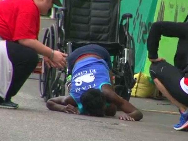 Marathon runner crawls to the line
