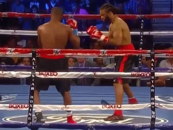 Boxer drops phone during fight