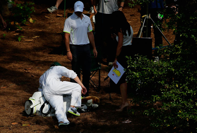 <b>One Direction star Niall Horan had a mixed day caddying for Rory McIlroy at the Masters Par-3 Contest at Augusta.</b><br/><br/>The keen golfer was thrilled to lend a hand to the world no. 1, but was left red-faced after slipping over on some pine tree needles and later shanking a tee shot into the water when McIlroy handed him his club on the ninth hole. <br/><br/>However, he did provide some joy for fans, with the pop star mobbed by autograph hunters and also relishing the chance to meet with his heroes, including Tiger Woods.  <br/><br/>
