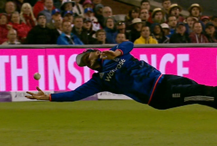 <b>Two spectacular catches has helped England record a crushing 93-run win over Australia in the third ODI at Old Trafford. </b><br/><br/>One of the grabs was taken by Steven Finn, who was clearly never told that lumbering 1.98m quicks aren't meant to hang on to one-handed diving efforts at short midwicket. <br/><br/>As brilliant as Finn's catch to remove Steve Smith was, the paceman was outdone by teammate Jason Roy, who took a superb juggling effort as he stumbled back at long on. <br/><br/>Click through to check out the English screamers.<br/>