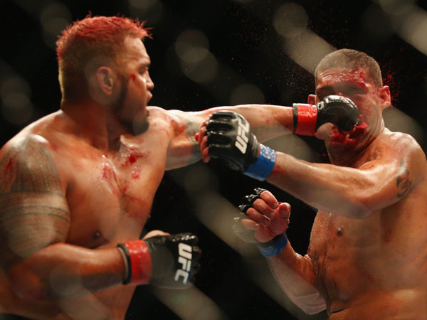 """Mark Hunt puts a clean shot on Antonio """"bigfoot"""" Silva during their first UFC fight in 2013. (Getty)"""