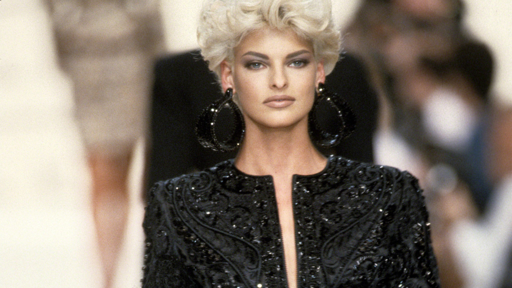 Linda Evangelista on the runway for Oscar De La Renta in 1991 - she's still got it. Image: Getty.