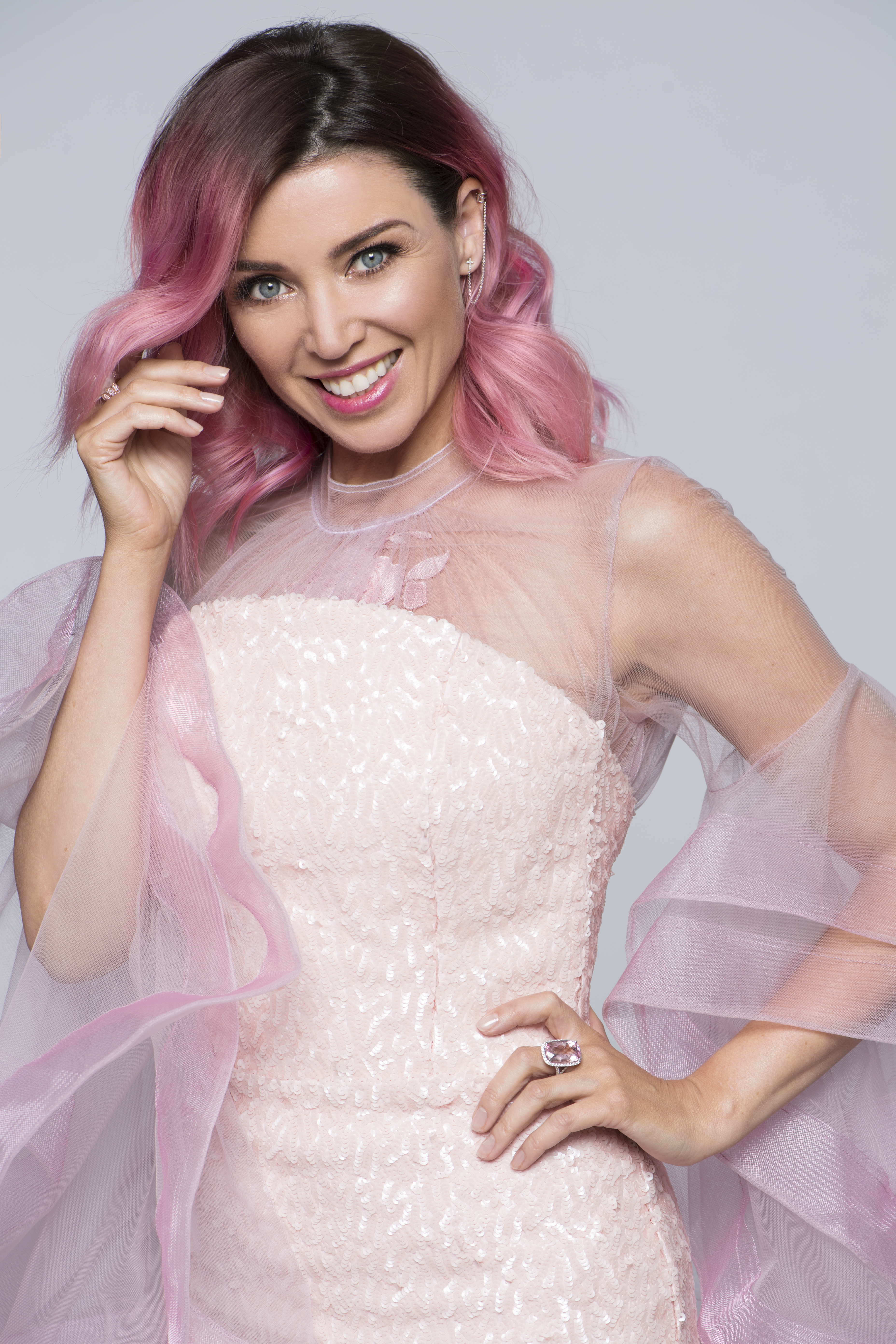<p>Just when we were getting used to pop star and TV personality Dannii Minogue's honey streaked bob, the famous sibling has debuted a hot pink look.</p>