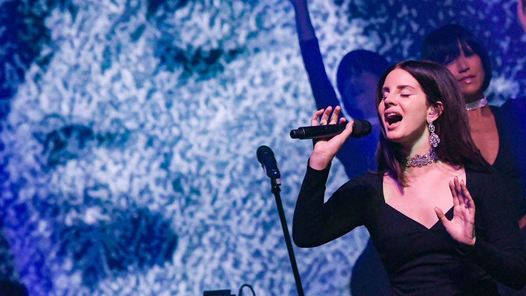 <p>Lana Del Rey has worn her lush brunette hair to her waist for as long as she's been in the public eye. That hair has become the stuff of legend and grown men (and more than a handful of women) have been known to get a little weak at the knees at the sight of it.</p> <p>The singer is famed for flicking it this way and that during her soulful performances but it looks like those days are well and truly over. Lana has been snapped this week with locks that barely brush her shoulders and she looks completely different.</p> <p>Having said that - she's still utterly mesmerising. Same goes for the other stars who got the chop this week. Fancy a peek? Scroll through and see the daring new hairstyles of Ariel Winter, Alicia Keys and Solange Knowles too.</p> <p></p>