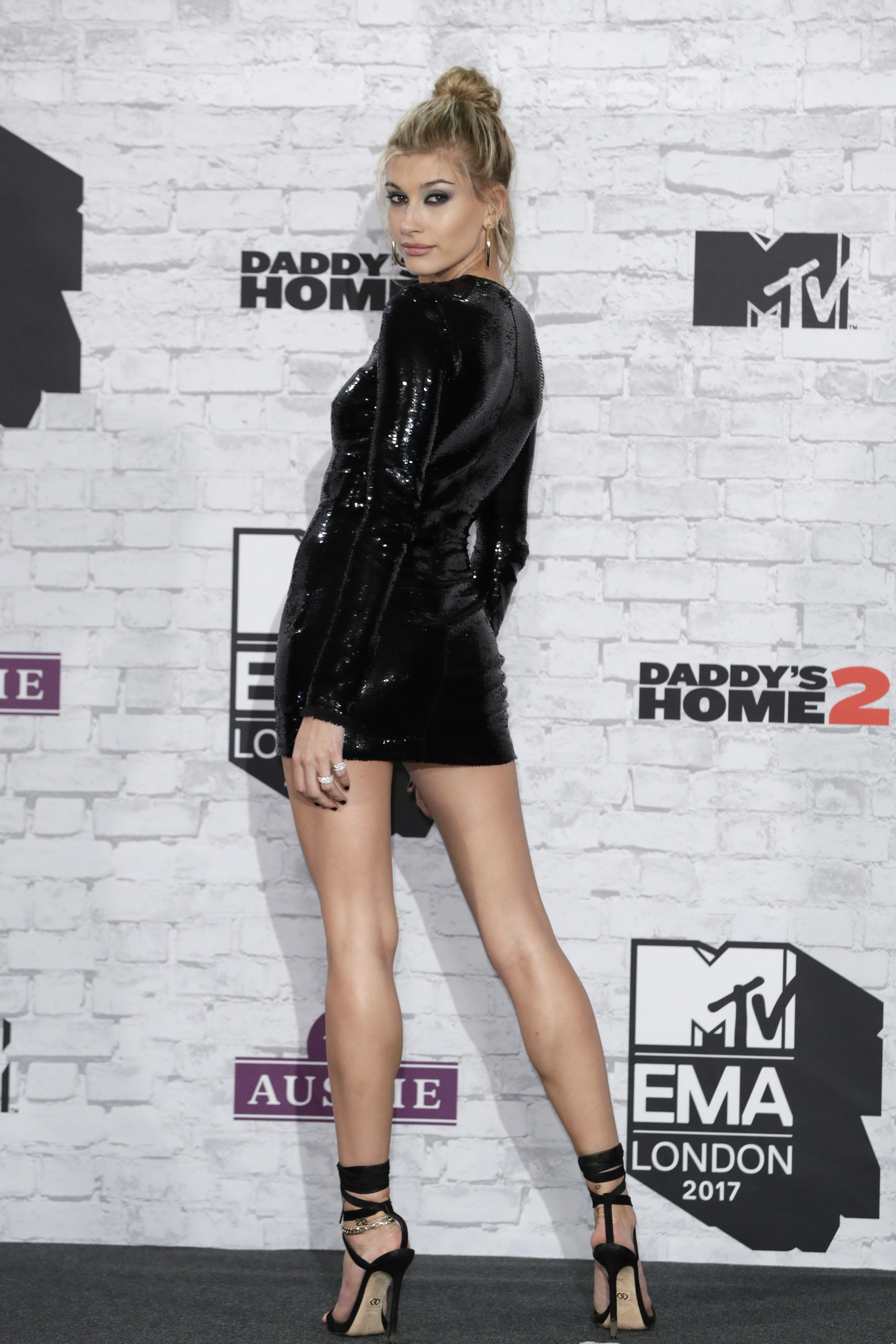 Hailey Baldwin knows how to showcase her assets, revealing a killer pair of legs on the red carpet at last night's MTV EMA Awards.<br /> <br /> A sparkling, black mini-dress from Tom Ford was the perfect complement to the Insta-star's long limbs.<br /> <br /> Paired with a pair of black strappy stilettos, hoop earrings and messy updo, the daughter of actor Steven Baldwin served up a serious dose of old school glamour reminiscent of the high-voltage glamour looks of the original '90s supermodels.<br /> <br /> Follow Baldwin's lead this summer and turn up the heat by getting your pins picture perfect. <br /> <br /> We can't buy Baldwin's natural height but we can fill our beauty bags with the tanning products that help us fake her leggy look.<br /> <br /> From long lasting-tanners, exfoliators and wash-off glows we have rounded up ten of the best tanning products to give you a supermodel-worthy glow this Summer.