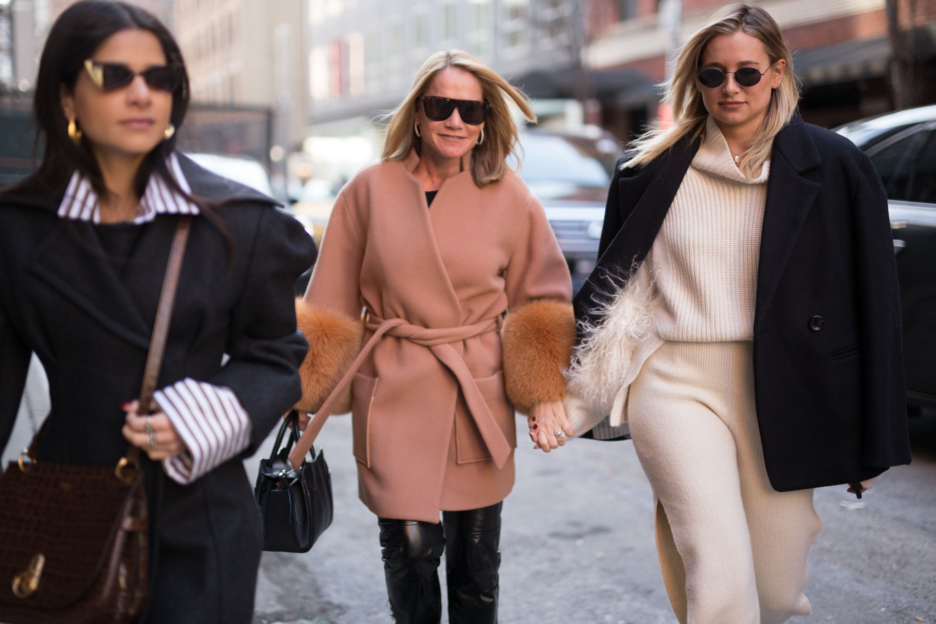 New York Fashion Week 2018 has taken off, and it's not just the catwalk stars and A-listers in the front row that are worthy of sartorial praise.<br> <br> We've sifted through the sidewalk circus performers to find you the key looks worth copying when winter arrives.<br> <br> Take inspiration from these experts in layering, colour blocking and off-duty cool. <br>