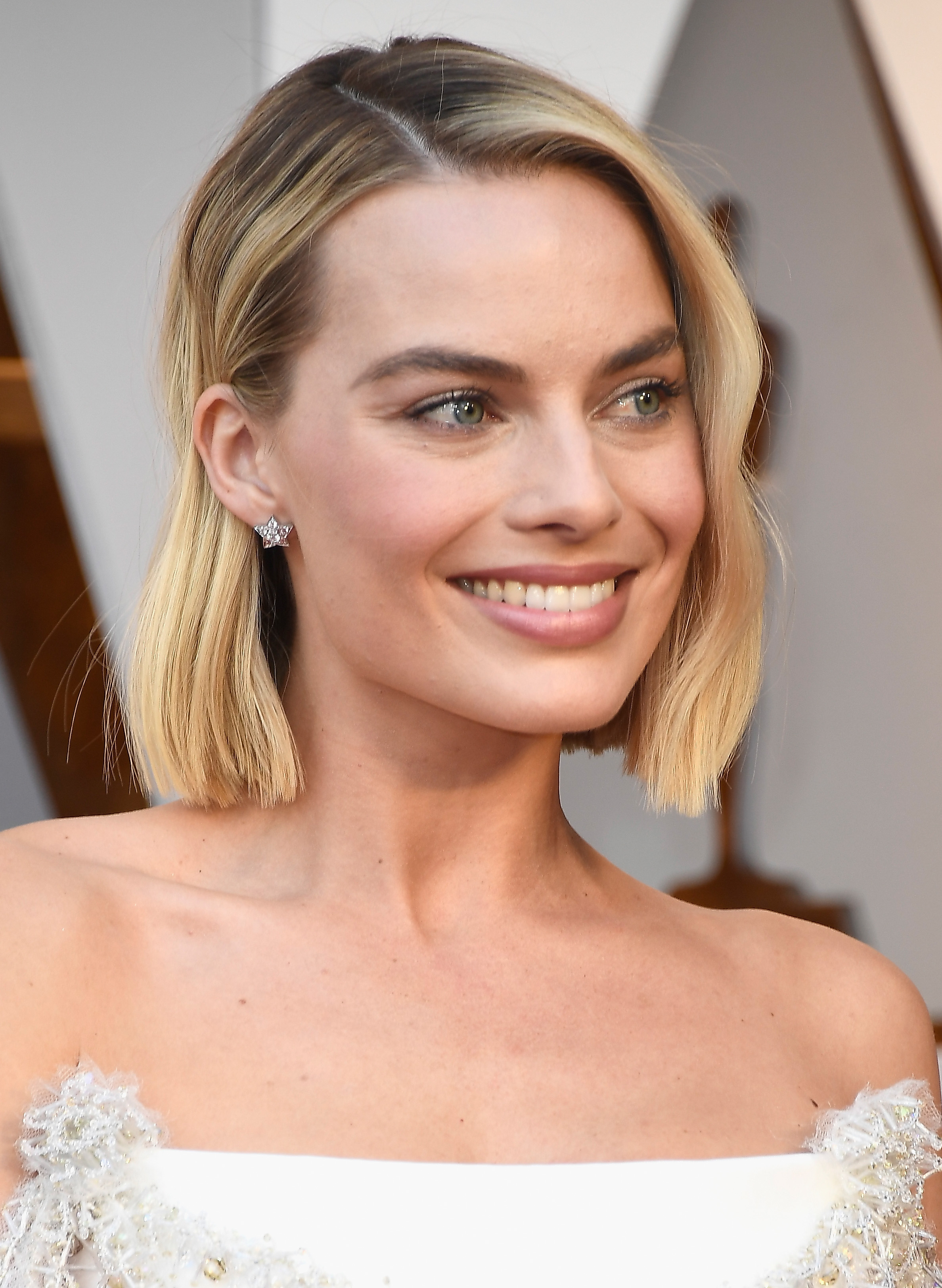 <p>While the start to the award season has seen some daring hair and make-up looks to date, the Oscar Awards saw much more subdued looks taking centre stage.</p> <p>Nude and soft pink lips, champagne lids and blush cheeks reigned supreme on the 2018 Academy Awards red carpet this year.</p> <p>Keeping things real, Oscar-winner Frances McDormand ditched the make-up all together for au naturale look and Salma Hayek let her natural grey hairs shine though.</p> <p>Meanwhile, not everyone adopted the minimal approach. </p> <p>Jennifer Lawrence's voluminous curls and Lupita Nyong'o's gold highlighter and striking blue eye-shadow shook things up.</p> <p>Click through to see the winning looks and trends from film's biggest night.</p>