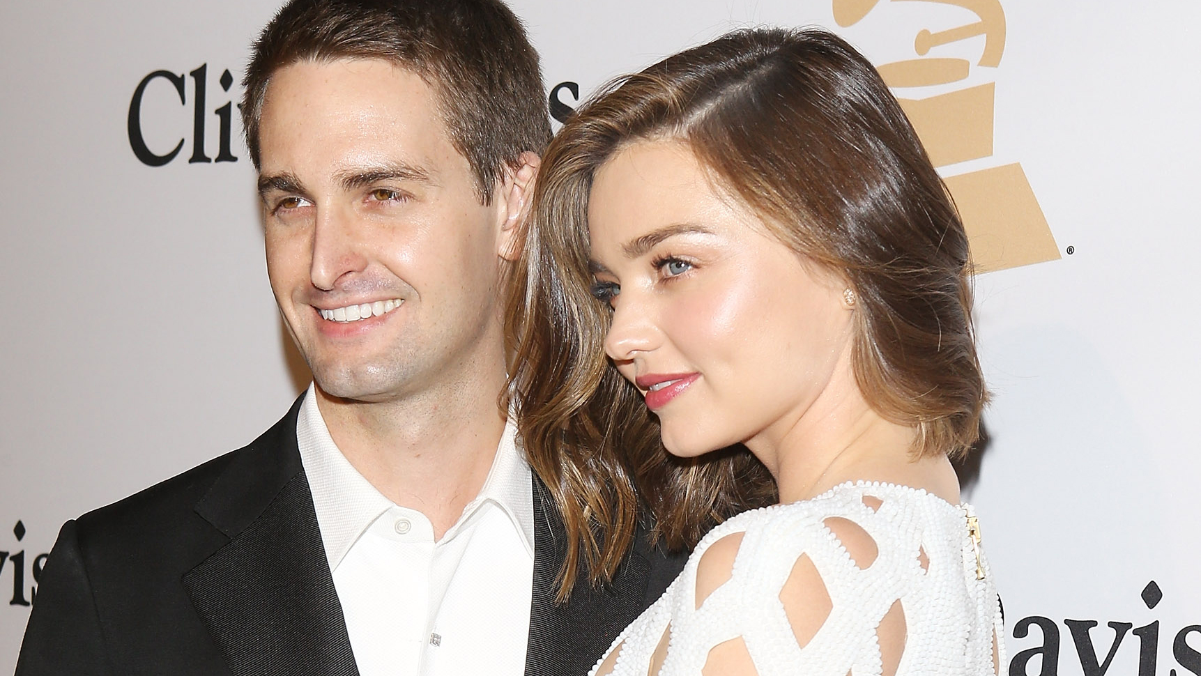 There's something amiss with Miranda Kerr's engagement photo
